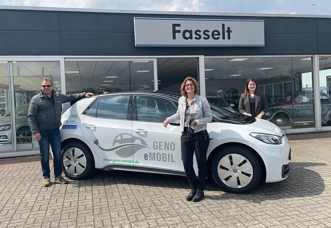 Petra Menting und Annika Friedrich, Mitglieder des Vorstands der Energiegenossenschaft Schermbeck, konnten jetzt den neuen Volkswagen ID.3 im Autohaus Fasselt in Empfang nehmen.